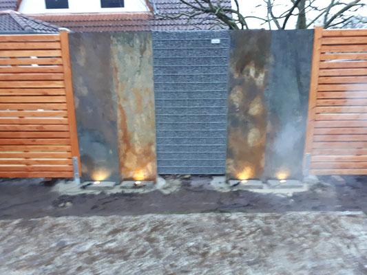 Gabione, massgefertigt mit Sichtschutzelementen aus Holz und Schieferwänden von GreenFairway e.K.
