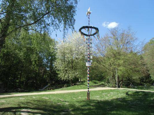 Maibaum am Teich in Grünhof Tesperhude