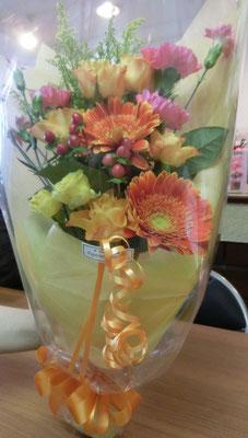 明るい色味の花束(バラ、ガーベラ、ヒペリカムなど)