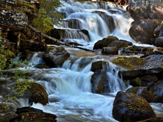 Wolfgang Steinborn:   Wasserfälle in der Taiga am Tevsjön