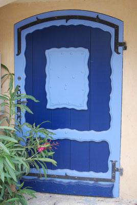 Porte bleue.
