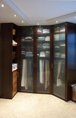 Kleiderschrank in der Ankleide