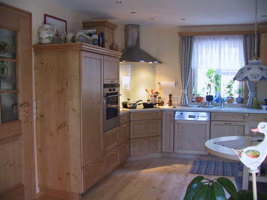 Landhausküche in feinastiger Fichte mit Corianrabeitsplatte