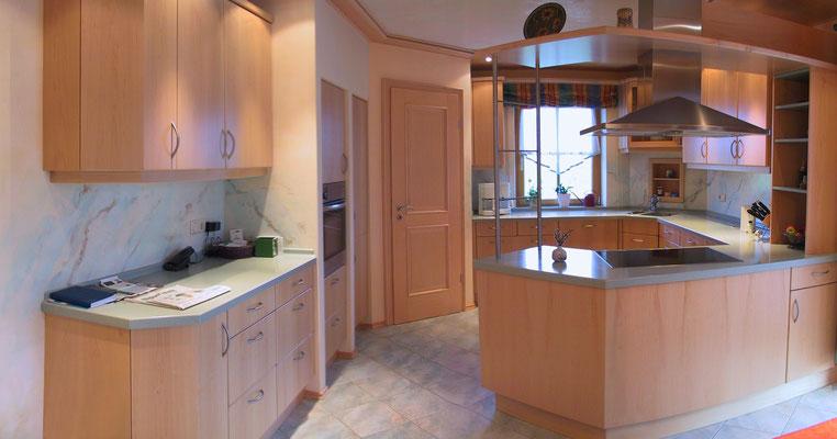 Küche in kanadischem Ahorn mit integrierter Speisekammer und Corianarbeitsplatte