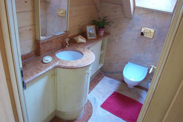 Marmorwaschtisch mit Unterschrank im WC