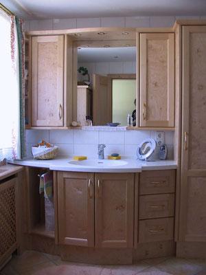 Badschrank in Apfelbirke und Corianwaschtisch