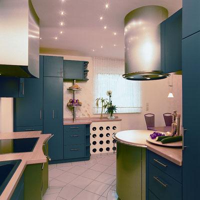 moderne Küche in Lack und Edelstahl