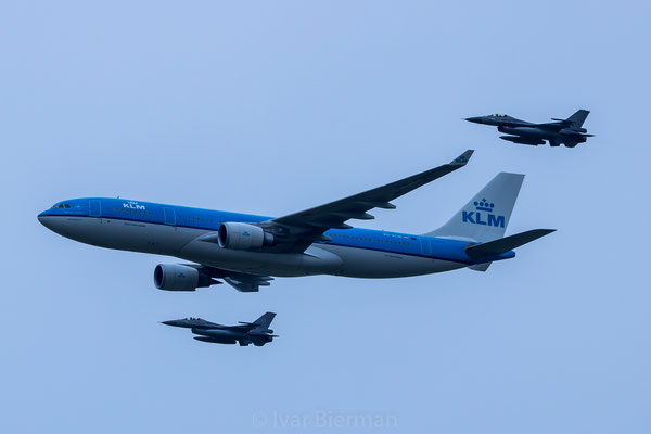 KLM Airbus A330 intercept by 2x RNLAF F16AM
