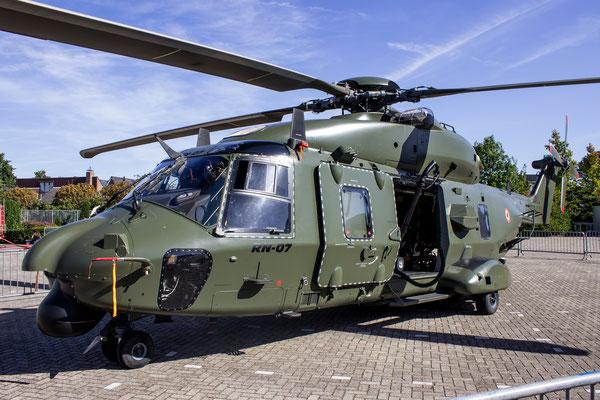 NH90 helikopter op bezoek bij Fokker Aerostructures Papendrecht