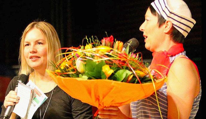 Danke für die tolle Moderation: Petra Rosenberg vom MTV-Orgateam (rechts) überreicht Simone Papke einen Blumenstrauß. Foto: Egon Bieber