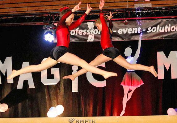Abgehoben:Zwei Turnerinnen vom MTV Bad Oeynhausen schweben über dem schmalen Schwebebalken. Foto: Egon Bieber