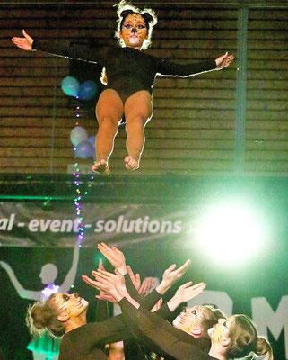 """Spektakulär: So kennt man es von der Akrobatik-Gruppe """"Aspire X-treme"""" vom BSV Wulferdingsen. Hier fliegt ein Mädchen durch die Luft. Foto: Egon Bieber"""