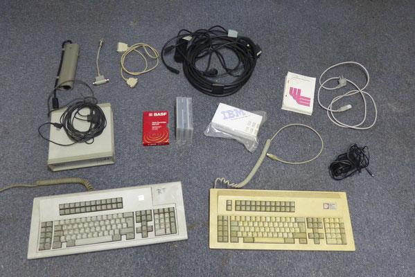 Komplettes Original-Zubehör wie Kabel, 2 Tastaturen, 3 Magnetbänder