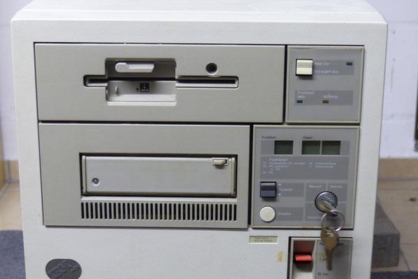 """Vorderansicht mit Floppy-Laufwerk 8 """", Bandlaufwerk"""
