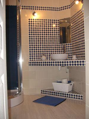 Salle de bains attenante à la Mabéjoda