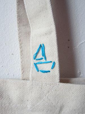 elke tas kreeg ook altijd een met de handgeborduurd logo erop / every bag also always got a hand embroidered logo on it
