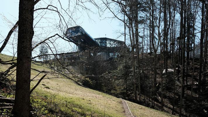 Die Grenze verläuft unter der Bergstation durch. Diese ist auf Waldenburger Boden.