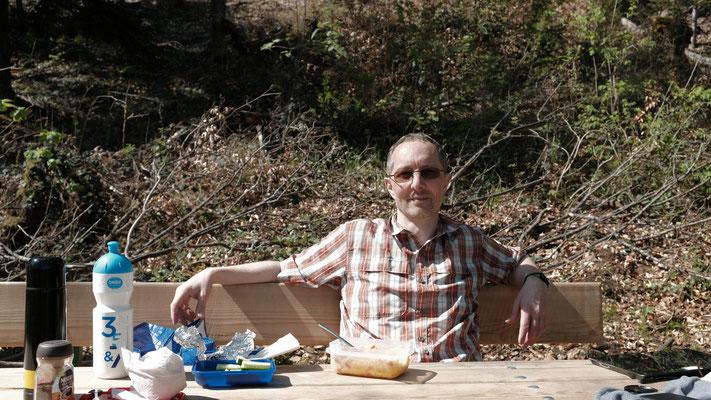 Nach über 8 Stunden mache ich die erste und einzige grosse Pause. Meine Frau bringt mir Speis und Trank zum schönen Bänkli oberhalb des Waldfestplatzes, gleich am Bann.