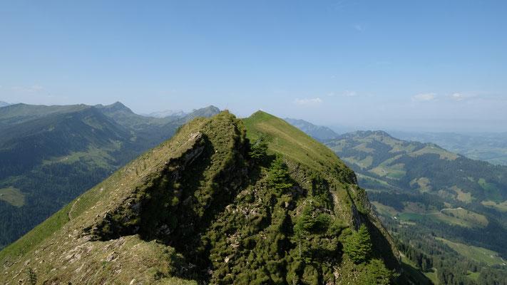 Der Felsen im Vodergrund ist der Hängst. Dahinter mit dem Gipfelkreuz der Schimbrig.