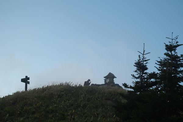 根子岳山頂の祠に登拝します。