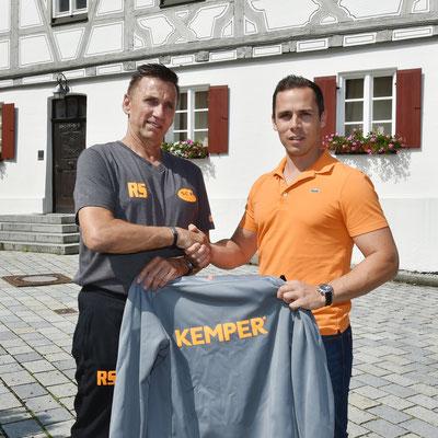 v.l.  sportl.Leiter Rudi Schiller + Marco Baumgärtner (Sponsor Fa.Kemper mit Ausgehanzüge SCI mit Namensbeflockung)
