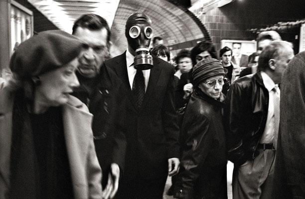 Mann mit Gasmaske in der Metro