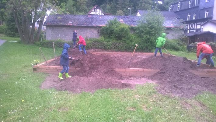 Die Mitmacher beim verteilen der Erdmassen, nach Aufbau der Holzkonstruktion.