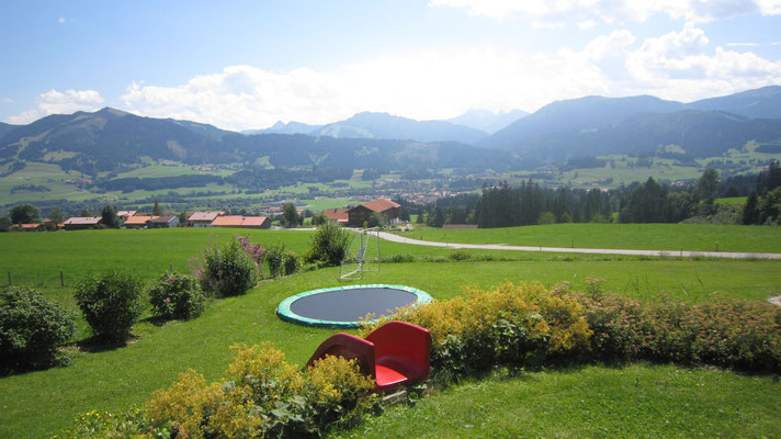 Großer Garten mit Schaukel, Rutsche, Trampolin,...