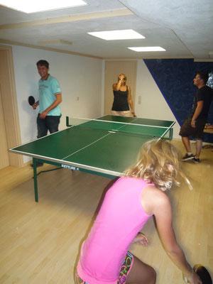 Tischtennis und Dart im Hobbykeller