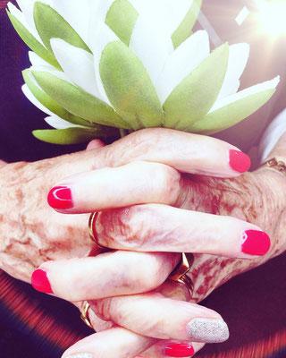 Wieso meinen viele Leute, dass nur die jungen Ladies ihre Nägel lackieren? FALSCH..!! Jedesmal freut sich meine langjährige Kundin, übrigens eine 89 jährige Dame, auf eine neue Farbe und sie bekommt von vielen Komplimente und strahlt wie ein Maienkäfer