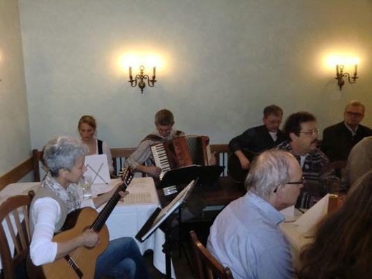 Mit zwei Gitarren, Akkordeon, Hackbrett und Trommel umrahmte die Stu'nmusi vom Sponti-Chor Passau-Heining unter der Leitung von Christl Rösch - im Bild links - die vorweihnachtliche Feier