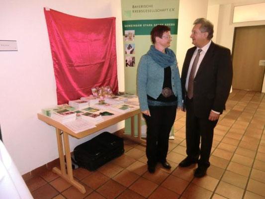Sonja Feirer-Schmidt erläuterte Landrat Mayer die Aufgaben und Ziele der Bayerischen Krebsgesellschaft, die unsere Selbsthilfegruppe auch organisatorisch betreut.