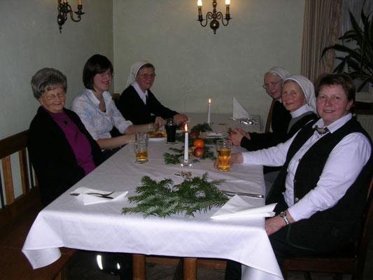 Die Mitglieder der Stub'nmusi vom Kloster St. Nikola hatten sich nach ihrem Einsatz eine Pause redlich verdient.