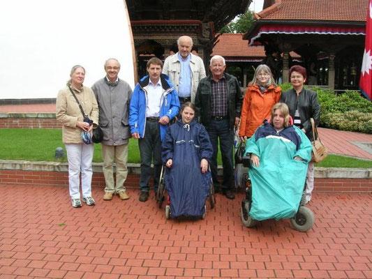 Mitglieder der Passauer und Straubinger SHG vor dem Buddha-Tempel