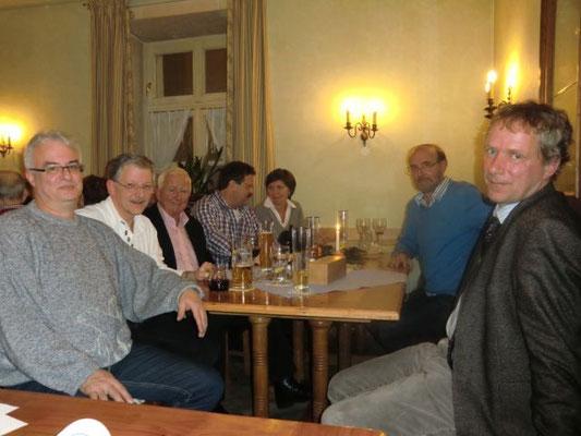 Sichtlich Wohl fühlten sich auch die Ehrengäste -im Bild von links nach rechts: LHP-Ehrenvorsitzender Dr. Ralph Filipp, 2. Vorsitzender Thomas Rösch, Beirat Walter Kothbauer, Vorsitzender Dr. Stefan Kukölinski, Schriftführerin Evi Huber, Kassier Gerhard S