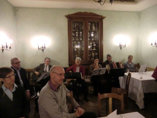 Die Stub'nmusi vom Spontichor Passau-Heining unter der Leitung von Christl Rösch (im Bild vierte von rechts) übernahm wieder den musikalischen Part.