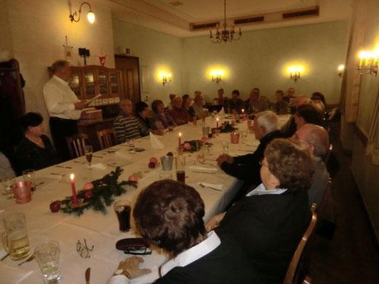 Aufmerksame Zuhörer hatte wieder Reinhart Sitter mit seinen in bairischem Dialekt vorgetragenen Geschichten zur Weihnachtszeit.