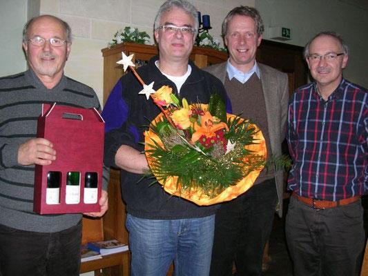 """An """"guad'n Tropf'n"""" für Dr. Fillip und einen Blumenstrauß für seine Frau Sabine überreichten Gruppenleiter Horst Wallner(links) und sein Stellvertreter Rudi Maier(rechts). Auch PD Dr.Südhoff bedankte sich bei Dr. Fillip für die finanzielle Unterstützung."""
