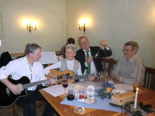 Für harmonische Klänge sorgte die Instrumentalgruppe vom Spontichor Heining unter der Leitung von Christl Rösch. Nicht im Bild ist Martina Mühlbauer, die am Hackbrett die Gruppe begleitete und vorzeitig zum nächsten Auftritt eilte