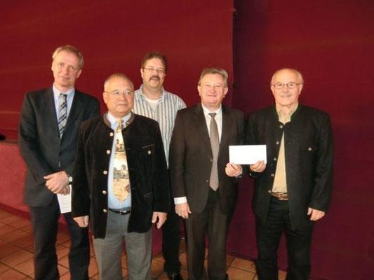 Landrat Franz Mayer bat die Gratulanten zu seinem 60.Geburtstag anstelle von Geschenken, Spenden an das LRA zu überweisen um damit soziale Einrichtungen zu unterstützen. Der Selbsthilfegruppe Passau wurden 500€ übergeben. DANKE!