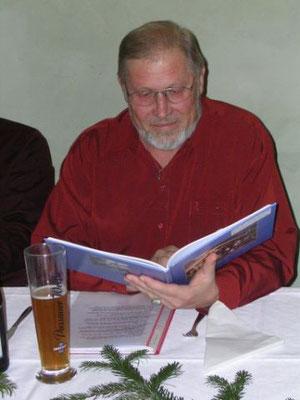 Mit klarer und angenehmer Stimme trug Reinhart Sitter in seinen Lesungen heitere und besinnliche Geschichten und Gedichte von Heimatautoren wie Max Peinkofer und dem Ponzauner Wigg, vor.