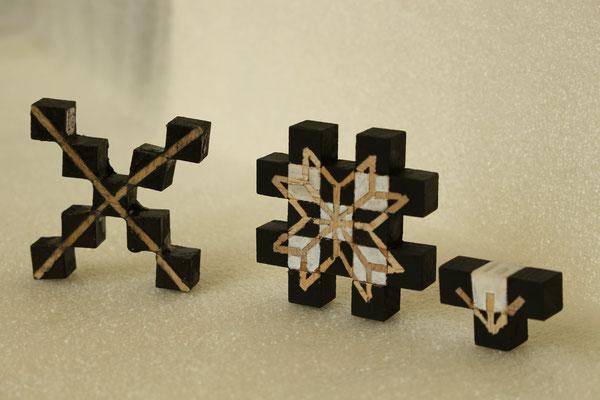 Separate Together, Schachspiel, Lea Titz, schwarzer Läufer, schwarzes Pferd, schwarzer Bauer, Konzept, Holz, Farbe