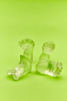 Babyhände und Babyfüße aus Glas