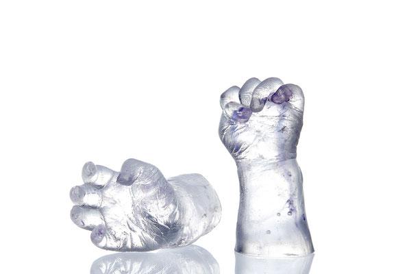 Hände in Klarglas mit dezentem, violettem Farbeinschluss