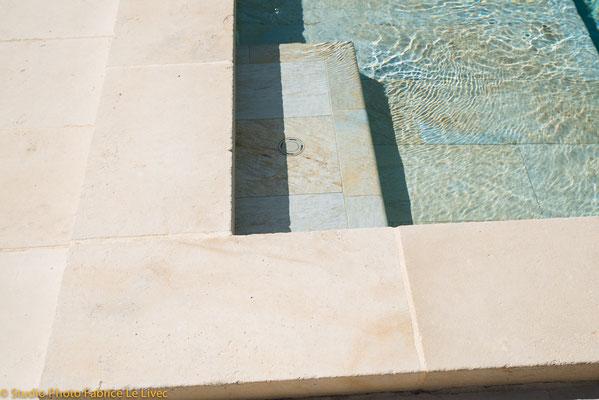 Prise de vue commerciale pour Caro'Styl spécialiste du carrelage à la Seyne sur Mer pour sa gamme de carrelage de piscine