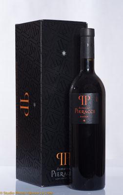 Prise de vue commerciale de coffrets de Vin de Bandol pour le domaine Pieracci a Saint Cyr sur Mer pres de Toulon( Var)