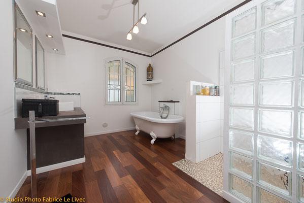 Photo immobilière de salle de bain d'une villa à Six Fours les Plages près de Toulon