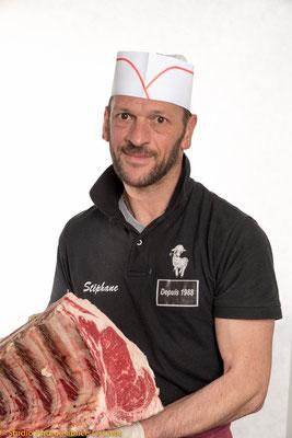 Portrait corporate d'un boucher dans ses refrigerateur