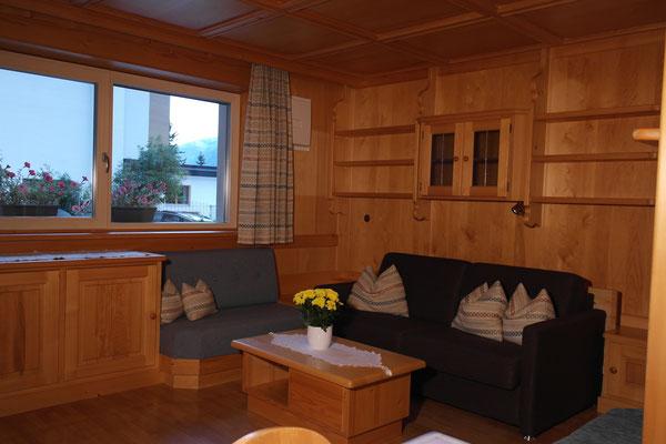 Wohnzimmer mit ausziehbarer Doppelbett Couch