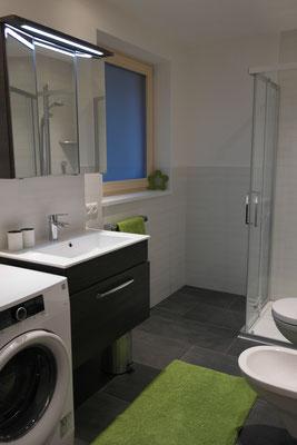 Bad mit Dusche, WC, Bidet, Waschmaschine